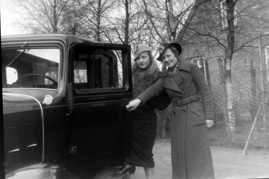 0891 Judith og Elly ved bil
