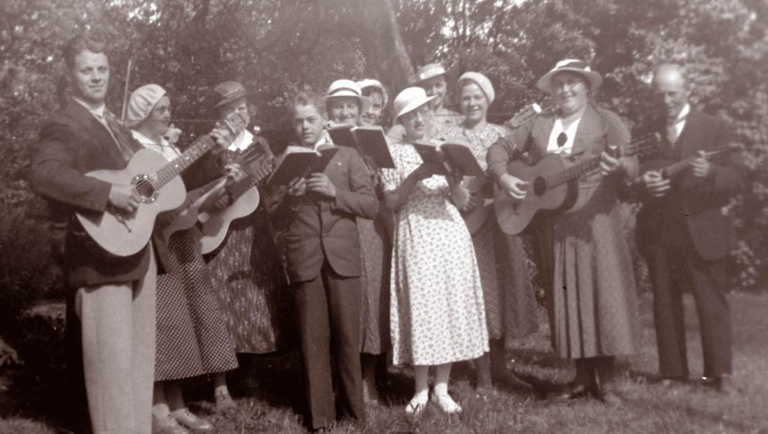 0990-gruppe-med-sang-og-musik