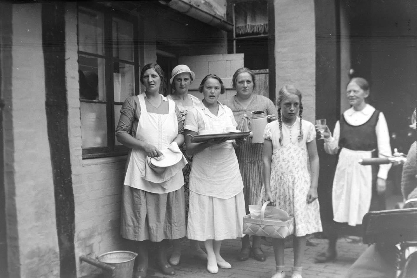 0919-kirstine-og-bodil-sammen-med-andre-kvinder-i-gaarden